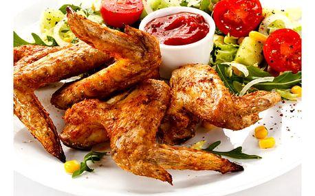 1,2 kg lahodných pečených kuřecích křidélek, výběr ze 3 druhů marinád a košíček s dostatkem chleba.