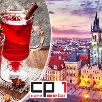 Svařák v kavárně s výhledem na Betlémskou kapli v centru Prahy