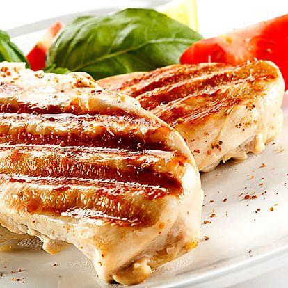 Kuřecí steak SOMBRERO s hranolky + zmrzlinový pohár v restauraci Švejk v Praze.