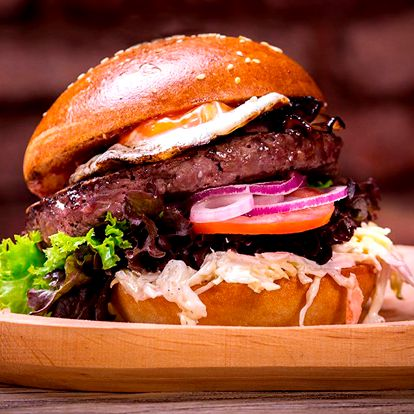 Burger menu s hranolky, Coleslawem a dipem