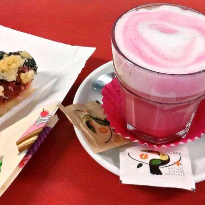 Růžový flat white a koláč s sebou