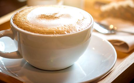 Capuccino nebo latte a k tomu pyramidální voda pro 2