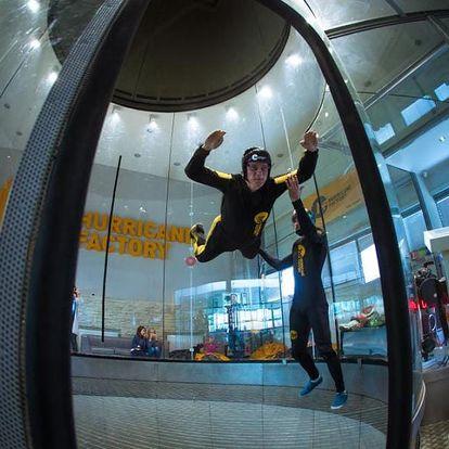 Let v simulátoru volného pádu rychlostí až 270 km/h