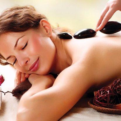 Hřejivá péče: masáž zad teplými lávovými kameny