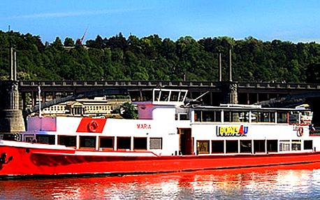 Adventní plavba vánočně vyzdobenou lodí po Vltavě. Vánoční cukroví, svařák nebo horká čokoláda.