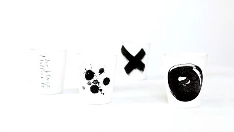 Ylva Skarp Hrnek Black print Text, černá barva, keramika 300 ml