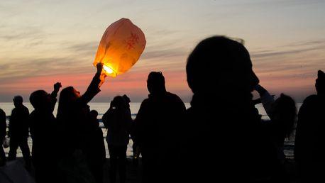 Létající lampiony štěstí v různých barvách
