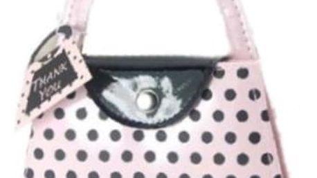 Elegantní manikúra ve tvaru kabelky v nádherném růžovém provedením s černými puntíky.