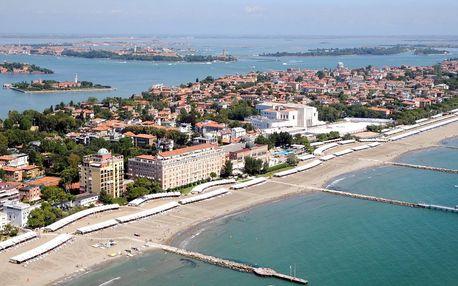 Den na pláži v Benátkách a večerní Benátky