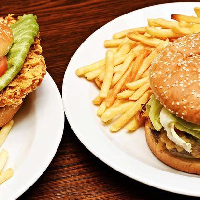 Pořádně nacpaný burger s hranolky a tatarkou