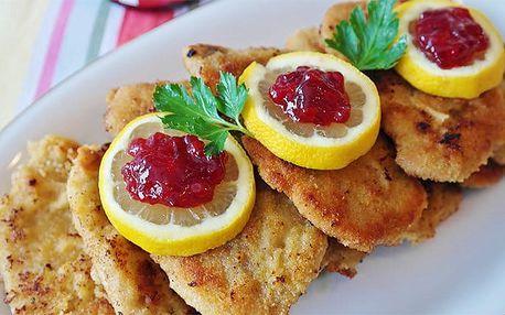 500 g vepřových nebo kuřecích řízků s přílohou a dezertem ve Švejk Restaurantu Strašnice