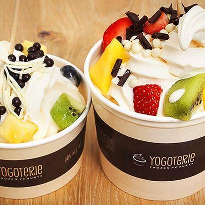 200 g frozen yogurtu s ovocem a posypy dle fantazie