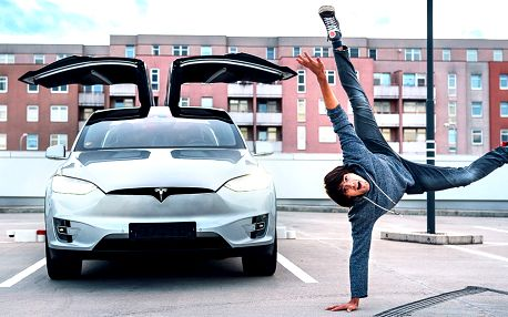 Až 60 minut řidičem elektromobilu Tesla X