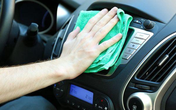 Důkladné čištění interiéru auta i leštění světlometů