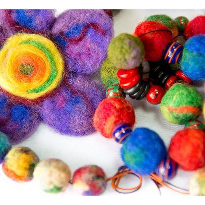 Vyrobte si plstěné šperky nebo betlém