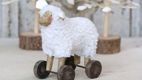 Chic Antique Dekorace Sheep on Wheels 13 cm, bílá barva, přírodní barva, textil, pryskyřice
