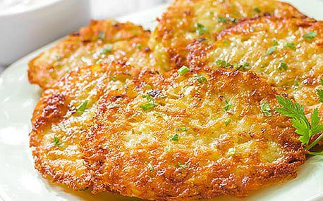 Domácí bramboráčky s uzeným a cibulí, česnekový dip a salát v restauraci Švejk.