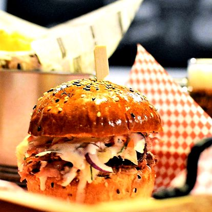 Burger s trhaným vietnamským bůčkem a hranolky