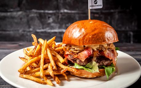 Bacon burger, domácí hranolky a pivo pro 2 os.