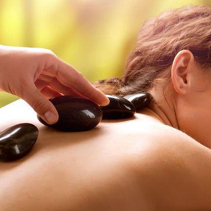 Uvolňující masáž s horkými lávovými kameny