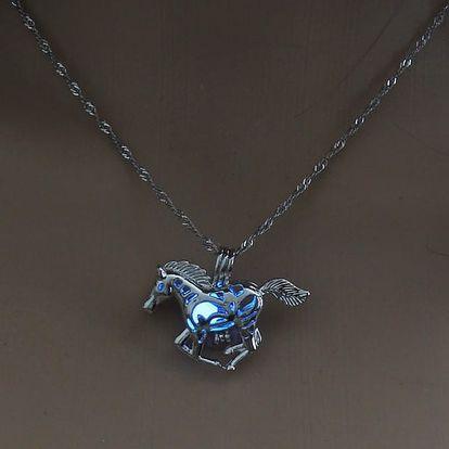 Náhrdelník s koníkem svítící ve tmě - světle modrá - dodání do 2 dnů
