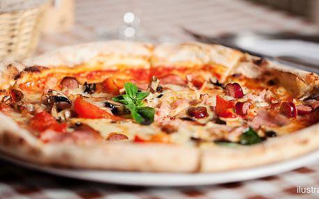 Klasická pizza s nápojem v restauraci Riva