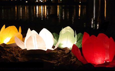Pět různobarevných vodních lampionů přání