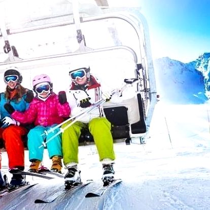 Rakouské Alpy u ski areálu a s wellness