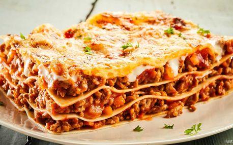 Čerstvé lasagne připravené přímo v peci na dřevo
