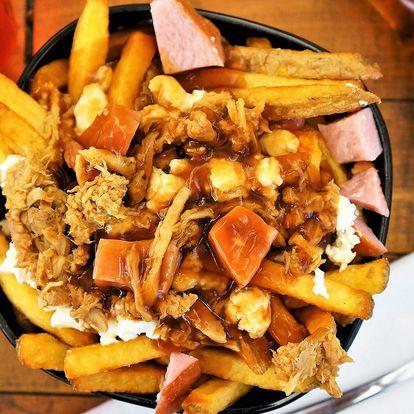 Kanadské hranolky poutine s omáčkou i masem