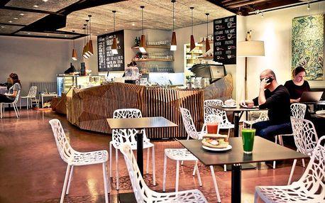 Káva a dort v kavárně a galerii Art-n-Coffee