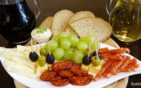 Půllitr sudového vína a talíř sýrů a uzenin pro dva