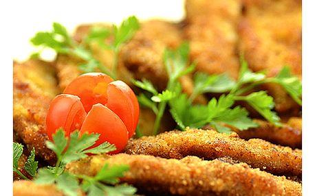 Kilo kuřecích řízečků s ošatkou chleba, zeleninovou oblohou a tatarskou omáčkou v Hospůdce U Fíčků.
