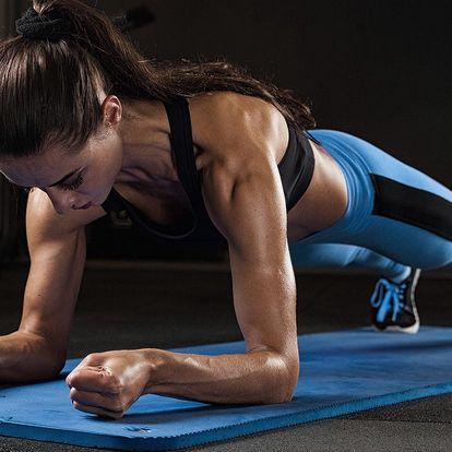 Lekce fitness pro ženy pod vedením trenérky