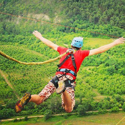 Extrémní bungee jumping z věže nebo jeřábu