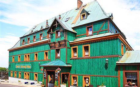 Krušné Hory aktivně: jedinečný hotel Zelený Dům v centru Božího Daru s polopenzí a zapůjčením Nordic walking holí