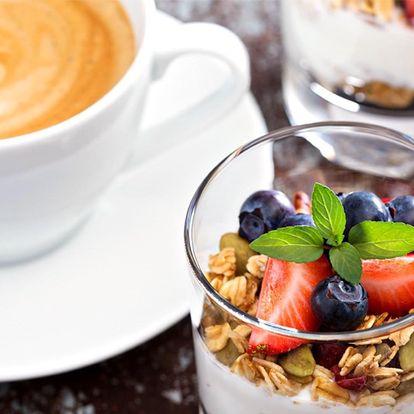 Jogurtový dezert s ovocem a müsli a k tomu káva