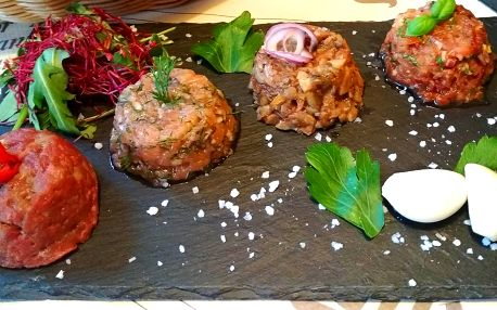 Degustační porce 4 druhů tataráku s pečivem