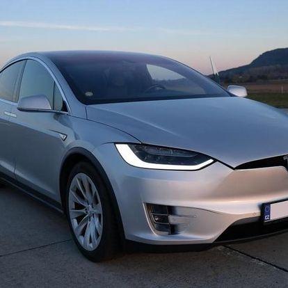 Sprint na letišti v elektromobilu Tesla X