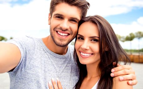 Bezperoxidové bělení zubů s aktivními částečkami uhlí