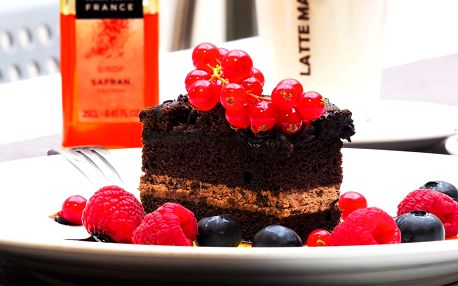 Káva dle výběru a čokoládová kostka s ovocem