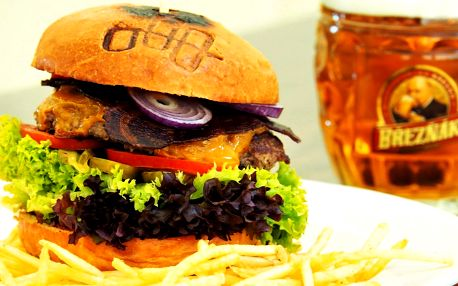 Hovězí burger s bramborovou slámou ve Sborovně
