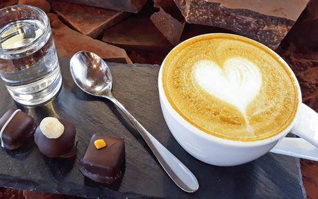 Káva a ručně vyráběné čokoládové pralinky
