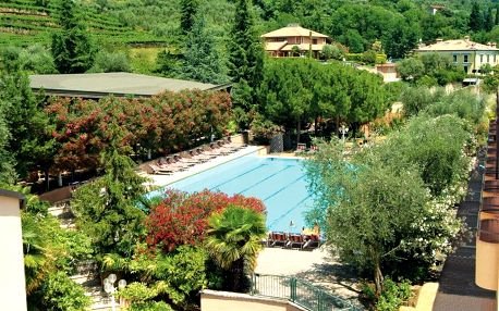 Lago di Garda, Sport hotel Olimpo s bazénem, tenisovými kurty a polopenzí v blízkosti jezera