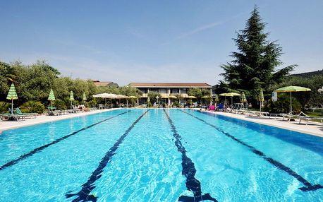 Lago di Garda, Park hotel Oasi s rozlehlou zahradou, bazénem a polopenzí, pobliž jezera