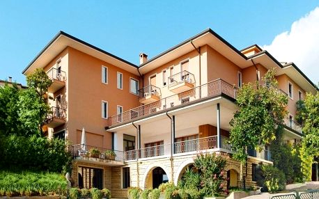 Garda, oblíbený hotel Panorama s výhledem na jezero, polopenzí a bazénem