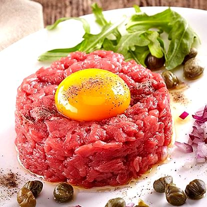 Tatarský biftek ve Švejk Restaurant Strašnice s 16 topinkami. Užijte si příjemný večer.
