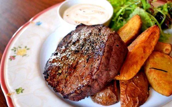 Steak z jelena, losos či rumpsteak na zámečku