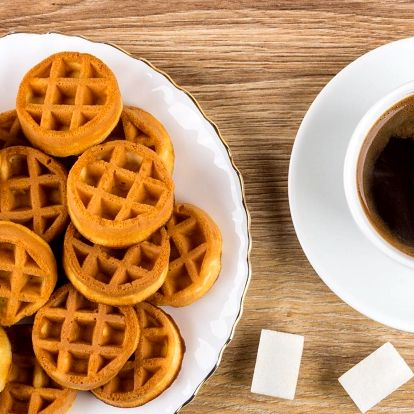 Káva a sladké mini vafle nebo zdravá raw makronka