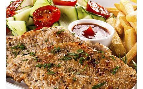 Kuřecí steak, hranolky, tatarka, salát + palačinka v restauraci u Švejka v Praze.